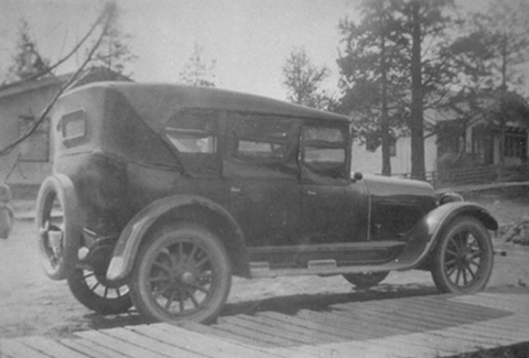 Old photo of a car from the early 1900s.