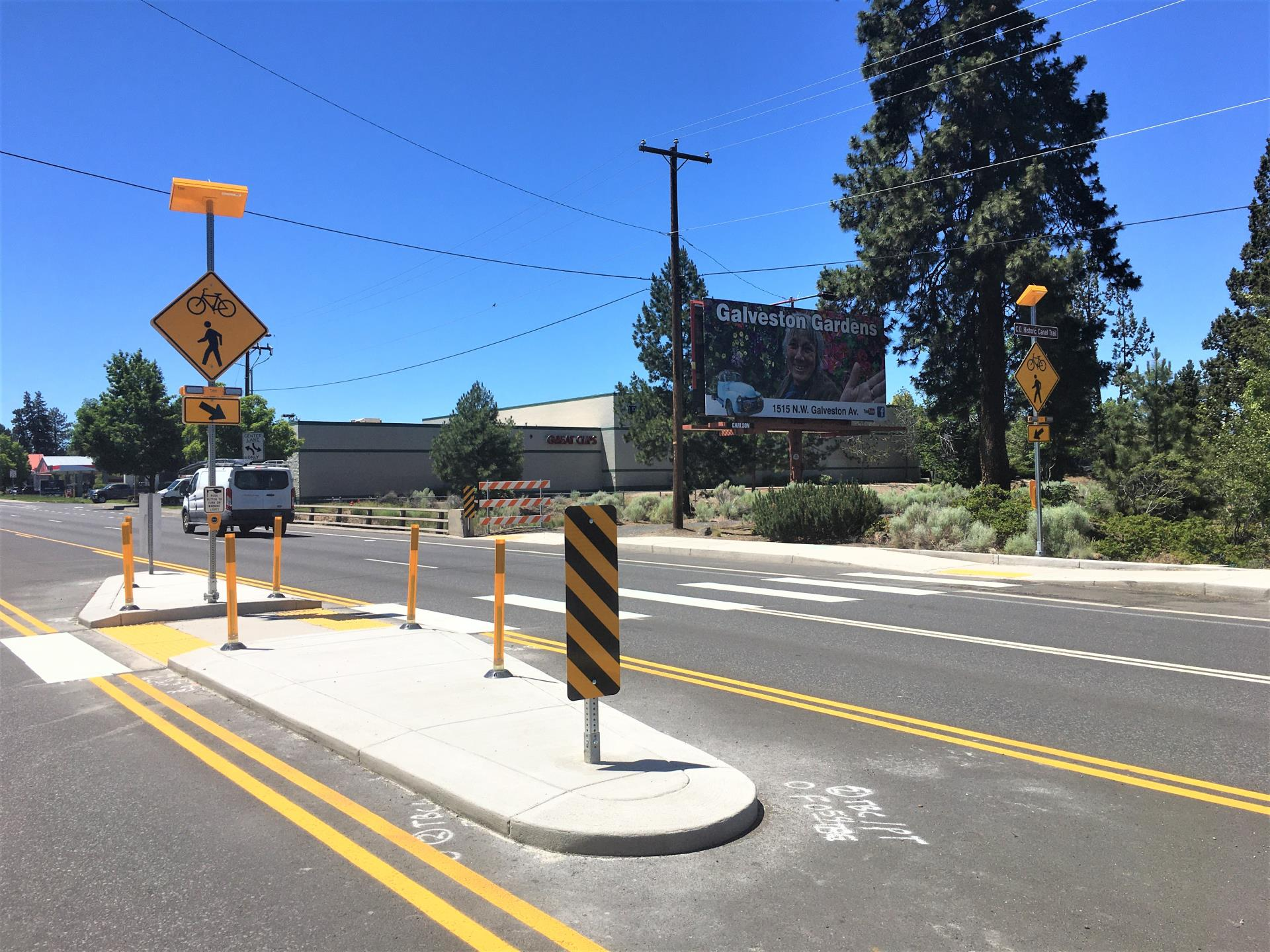 Photo of median, flashing beacons, crosswalk, at Third Street and Central Oregon Historic Canal Trail